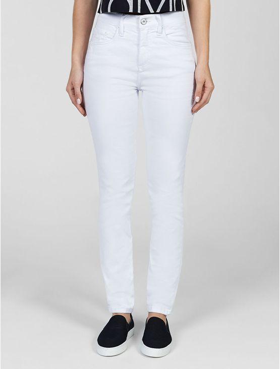 Calça Calvin Klein Jeans feminina colorido, bolso traseiro com bordado personalizado, lavagem amaciada na cor branca.