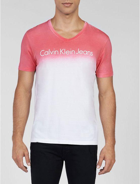 Camiseta Calvin Klein Jeans na cor rosa pink com lavagem em degradê e gola V.
