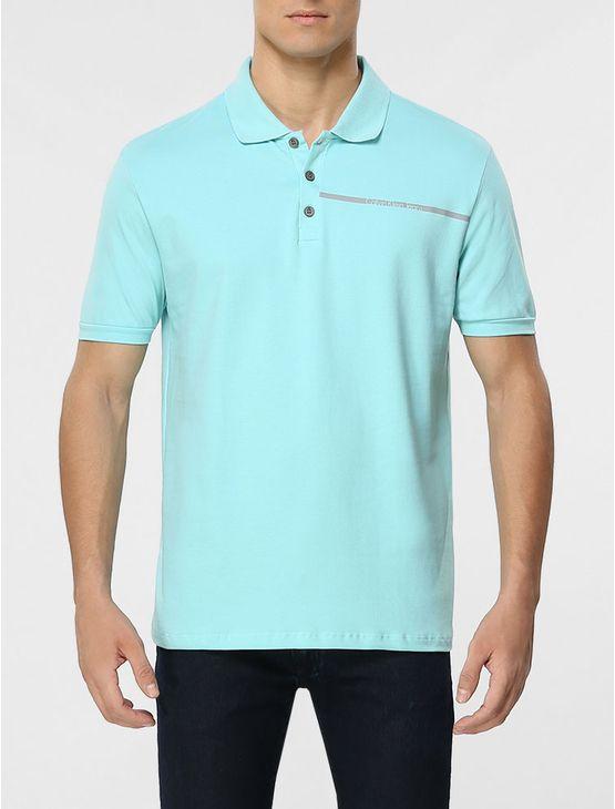 Polo Calvin Klein Jeans masculina na cor verde água com aplicação de faixa com logo da marca no peito.