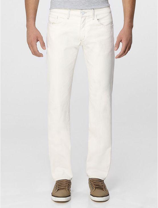 Calça jeans Calvin Klein Jeans skinny, cintura baixa, perna justa, five pockets, bolso traseiro com bordado personalizado, lavagem descarregada e tanque amassado, na cor denim branco.