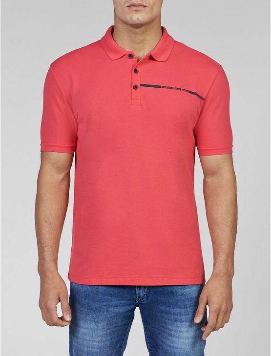 Polo Calvin Klein Jeans masculina na cor rosa pink com aplicação de faixa com logo da marca no peito.