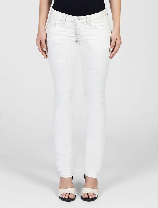 Calça jeans Calvin Klein Jeans feminina super skinny, cintura baixa, perna super justa, five pockets, bolso traseiro com bordado personalizado, lavagem descarregada e tanque amassado, na cor denim branco.