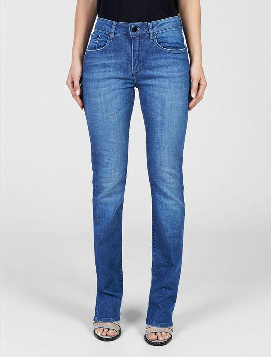 Calça jeans Calvin Klein Jeans feminina straight high, cintura alta, perna reta, five pockets, bolso traseiro com bordado personalizado, lavagem com stone e lixado local na cor denim escuro.
