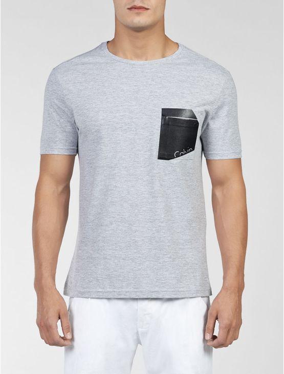 Camiseta Calvin Klein Jeans Masculina manga curta de meia malha, gola careca, com bolso na altura do peito e aplique termocolante com logo da marca vazado sobre o bolso. Modelagem básica.