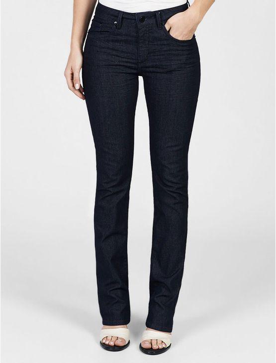 Calça jeans Calvin Klein Jeans feminina straight high, cintura alta, perna reta, five pockets, bolso traseiro com bordado personalizado, lavagem com tanque amassado, na cor denim.