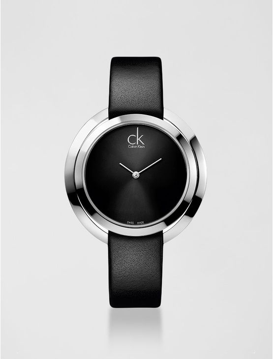Relógio analógico feminino Calvin Klein com pulseira em couro preto e caixa em aço, vidro em cristal mineral. Resistência à água: 3 BAR. Mecânismo Suíço, função hora e minuto.