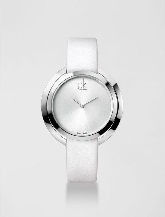 Relógio analógico feminino Calvin Klein com pulseira em couro branco e caixa em aço, vidro em cristal mineral. Resistência à água: 3 BAR. Mecânismo Suíço, função hora e minuto.