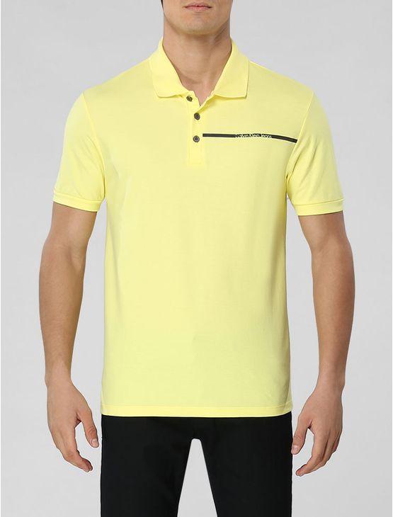 Polo Calvin Klein Jeans masculina na cor amarelo claro com aplicação de faixa com logo da marca no peito.