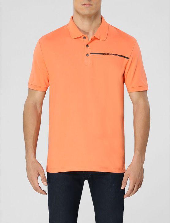 Polo Calvin Klein Jeans masculina na cor papaia com aplicação de faixa com logo da marca no peito.