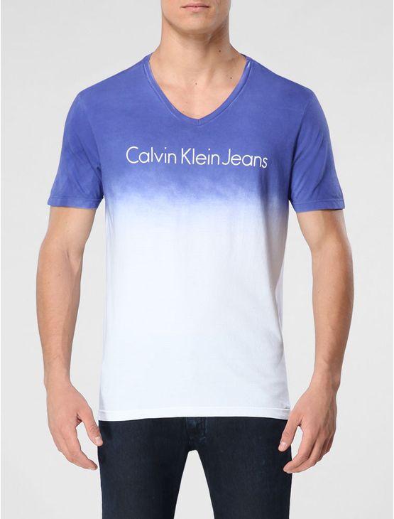 Camiseta Calvin Klein Jeans na cor azul carbono com lavagem em degradê e gola V.