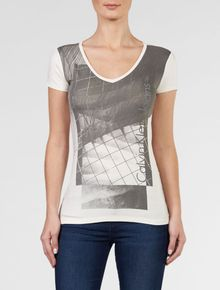 BLUSA-CALVIN-KLEIN-JEANS-DECOTE-V-E-ESTAMPA-FRONTAL-OFF-WHITE