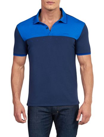 POLO-SLIM-CALVIN-KLEIN-NEW-YORK-COM-VIVO-NO-PEITO-MARINHO