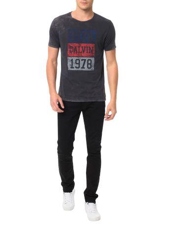 Camiseta-Calvin-Klein-Jeans-Estampa-Quadrados-1978-Grafite